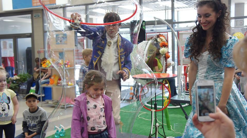 Ребенок в мыльном пузырей | Bubbles Show