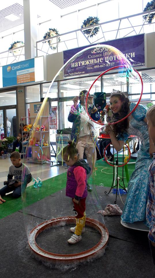 Девочка и принцесса в мыльном пузырей | Bubbles Show