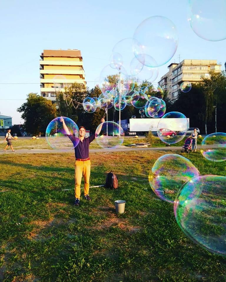 Парень пускает мыльные пузыри | Gigant bubbles