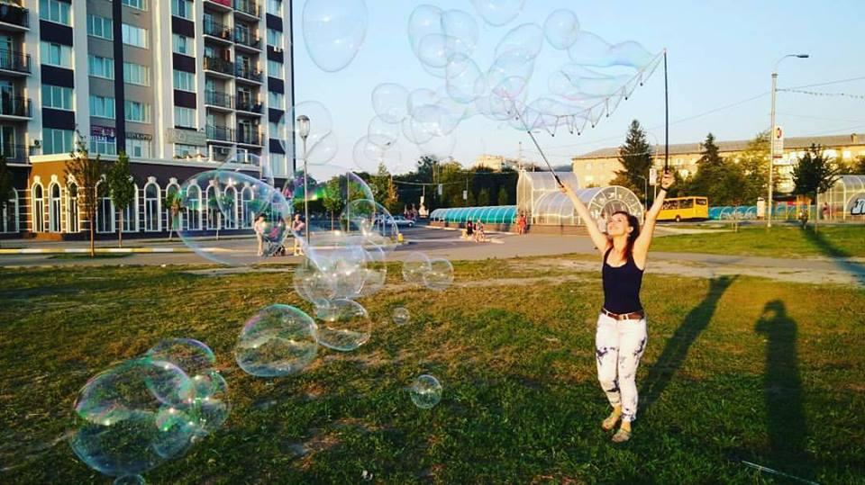 Девушка запускает мыльные пузыри | Gigant bubbles