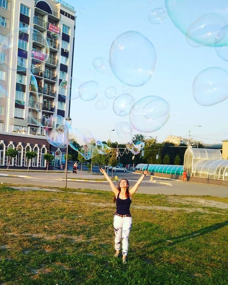 Девушка пускает мыльные пузыри | Gigant bubbles